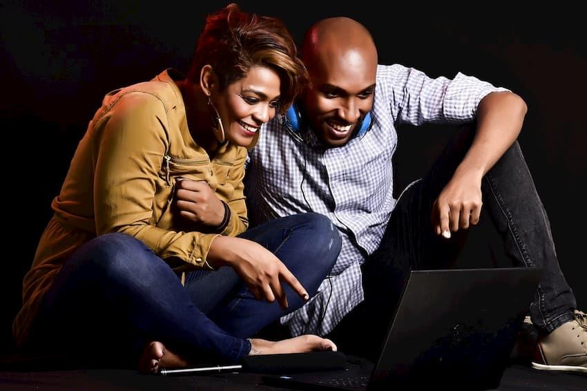 Foto av man och kvinna som tittar på TV